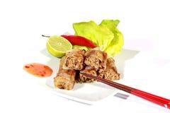 Τριζάτα springrolls στο πιάτο με τη σαλάτα Στοκ Εικόνες