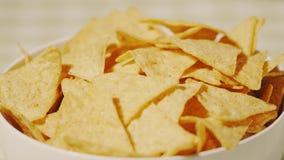 Τριζάτα tortilla τσιπ σε ένα φλυτζάνι, πυροβολισμός κινηματογραφήσεων σε πρώτο πλάνο φιλμ μικρού μήκους