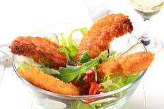 Τριζάτες προσφορές κοτόπουλου με τη σαλάτα Στοκ Φωτογραφία