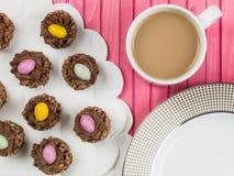 Τριζάτες φωλιές δημητριακών σοκολάτας Πάσχας με τα μίνι αυγά Πάσχας Στοκ εικόνες με δικαίωμα ελεύθερης χρήσης