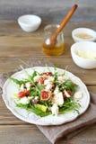 Τριζάτη σαλάτα με τα αχλάδια, το arugula και τα σύκα σε ένα άσπρο πιάτο Στοκ Φωτογραφίες