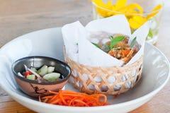 Τριζάτοι ρόλοι άνοιξη στο πιάτο με το λαχανικό Στοκ φωτογραφίες με δικαίωμα ελεύθερης χρήσης