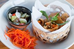 Τριζάτοι ρόλοι άνοιξη στο πιάτο με το λαχανικό Στοκ φωτογραφία με δικαίωμα ελεύθερης χρήσης