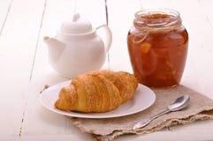 Τριζάτος γαλλικός croissant με τη μαρμελάδα στοκ εικόνα