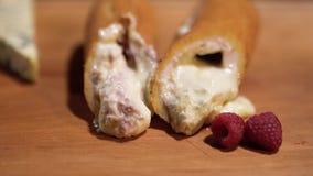 Τριζάτος στην εξωτερική πίτα με τα σμέουρα buttercreme στον πίνακα, υπέροχα καυτός και γλυκός στο εσωτερικό κλείστε επάνω απόθεμα βίντεο