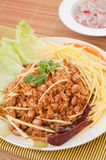 Τριζάτο γατόψαρο με την πράσινη σαλάτα μάγκο, δημοφιλή τρόφιμα στην Ταϊλάνδη. Στοκ φωτογραφία με δικαίωμα ελεύθερης χρήσης