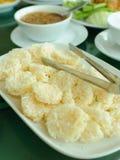 Τριζάτο κέικ ρυζιού και χοιρινό κρέας και βύθιση γαρίδων Στοκ Εικόνες