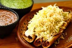 Τριζάτο τηγανισμένο Tacos με τις σάλτσες στοκ φωτογραφία με δικαίωμα ελεύθερης χρήσης