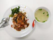 Τριζάτο χοιρινό κρέας ρυζιού & ψημένο στη σχάρα κόκκινο χοιρινό κρέας στη σάλτσα με το ρύζι Στοκ Εικόνα