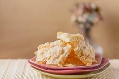 Τριζάτο brushwood μπισκότων Crackled με την κονιοποιημένη ζάχαρη ρόδινα πιάτα Γλυκά σε ένα πιάτο και μια κονιοποιημένη ζάχαρη στοκ εικόνα