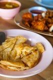 Τριζάτο roti σε ένα πιάτο που τίθεται σε έναν ξύλινο πίνακα. Στοκ Εικόνα