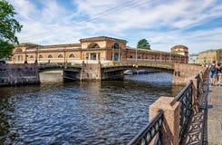 Τριμερής γέφυρα στον ποταμό Moyka στοκ εικόνα