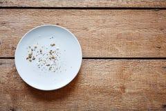 Τριμμένες φρυγανιές στο κενό πιάτο στοκ φωτογραφία