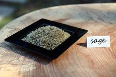 Τριμμένη φασκομηλιά σε ένα μικρό μαύρο πιάτο με την ετικέτα Στοκ φωτογραφία με δικαίωμα ελεύθερης χρήσης