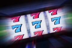 Τριπλό μηχάνημα τυχερών παιχνιδιών με κέρματα επτά Στοκ φωτογραφία με δικαίωμα ελεύθερης χρήσης