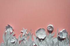 τρισδιάστατα λουλούδια εγγράφου με τα χρωματισμένα φύλλα και μίσχοι στο ρόδινο υπόβαθρο Στοκ Φωτογραφίες