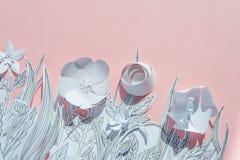 τρισδιάστατα λουλούδια εγγράφου με τα χρωματισμένα φύλλα και μίσχοι στο ρόδινο υπόβαθρο Στοκ Εικόνες