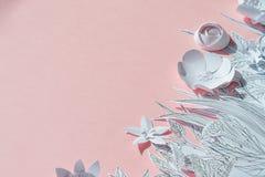 τρισδιάστατα λουλούδια εγγράφου με τα χρωματισμένα φύλλα και μίσχοι στο ρόδινο υπόβαθρο Στοκ Φωτογραφία