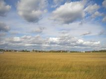 τρισδιάστατα σύννεφα που σέρνονται ο ουρανός φθινοπώρου στοκ εικόνες