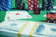 τρισδιάστατα τσιπ, κάρτες και χρήματα παιχνιδιού απεικόνισης για το παιχνίδι χαρτοπαικτικών λεσχών στον πράσινο πίνακα Πραγματική Στοκ εικόνες με δικαίωμα ελεύθερης χρήσης
