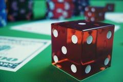 τρισδιάστατα τσιπ, κάρτες και χρήματα παιχνιδιού απεικόνισης για το παιχνίδι χαρτοπαικτικών λεσχών στον πράσινο πίνακα Πραγματική Στοκ Εικόνες