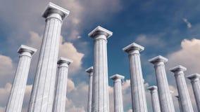 τρισδιάστατες αρχαίες στήλες σε μια σειρά ενάντια στο νεφελώδη ουρανό απόθεμα βίντεο