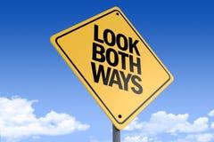τρισδιάστατη απεικόνιση ενός οδικού σημαδιού _look και τα δύο ways_angle3 στοκ φωτογραφίες με δικαίωμα ελεύθερης χρήσης