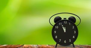 τρισδιάστατη απόδοση του ξυπνητηριού με τα μικρά πρακτικά σε δώδεκα ο ` cloc Στοκ Εικόνα