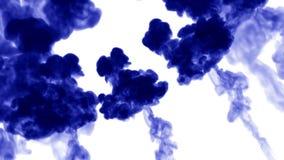 τρισδιάστατος δώστε της έγχυσης μπλε μελανιού διαλύει και διαδίδει στο νερό στο άσπρο υπόβαθρο με τη μεταλλίνη luma ως άλφα κανάλ απόθεμα βίντεο