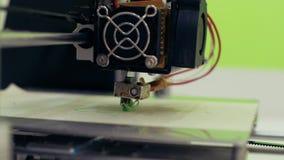 τρισδιάστατος εκτυπωτής που λειτουργεί κοντά επάνω Ο αυτόματος τρισδιάστατος τρισδιάστατος εκτυπωτής εκτελεί το πλαστικό φιλμ μικρού μήκους