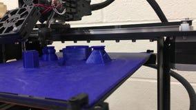 τρισδιάστατος εκτυπωτής που τυπώνει ένα αντικείμενο στο βιομηχανικό κατάστημα απόθεμα βίντεο