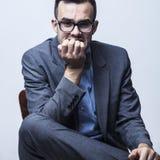 τρισδιάστατο λευκό επιχειρησιακών απομονωμένο εικόνα προβλημάτων Νέος νευρικός επιχειρηματίας που δαγκώνει τα καρφιά του Στοκ Εικόνες