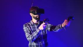 Τρισδιάστατο παιχνίδι εικονικής πραγματικότητας παιχνιδιού ατόμων Βλαστοί με τους ελεγκτές σε ένα παιχνίδι σκοπευτών VR Άτομο που απόθεμα βίντεο