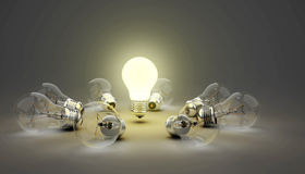 τρισδιάστατες λάμπες φωτός ιδέας, ένας βολβός σημείου αναφοράς ενώ άλλος αφώτιστος που βρίσκεται στο έδαφος, βάθος του τομέα στοκ εικόνα