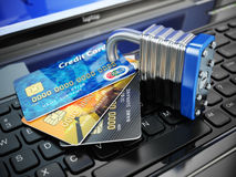 τρισδιάστατη έννοια Διαδίκτυο που δίνει την ασφάλεια Πιστωτικές κάρτες και κλειδαριά στο keybo lap-top Στοκ Φωτογραφία