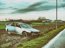 τρισδιάστατη απεικόνιση αυτοκινήτων ατυχήματος που απομονώνεται κατεστημένος άσπρος Συντρίμμια στην οδική πλευρά Στοκ Εικόνες