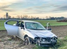 τρισδιάστατη απεικόνιση αυτοκινήτων ατυχήματος που απομονώνεται κατεστημένος άσπρος Συντρίμμια στην οδική πλευρά Στοκ εικόνες με δικαίωμα ελεύθερης χρήσης
