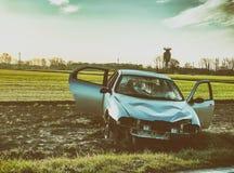 τρισδιάστατη απεικόνιση αυτοκινήτων ατυχήματος που απομονώνεται κατεστημένος άσπρος Συντρίμμια στην οδική πλευρά Στοκ φωτογραφία με δικαίωμα ελεύθερης χρήσης