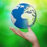 τρισδιάστατη γήινη σφαίρα ενάντια στην μπλε και πράσινη φύση Στοκ Φωτογραφία