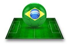 τρισδιάστατη εικόνα του πράσινων γηπέδου ποδοσφαίρου και της ποδόσφαιρο-σφαίρας με το λογότυπο της Βραζιλίας Στοκ φωτογραφία με δικαίωμα ελεύθερης χρήσης