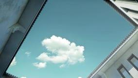 τρισδιάστατη ζωτικότητα των σύννεφων που πετούν πέρα από το patio φιλμ μικρού μήκους