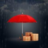 τρισδιάστατη ομπρέλα και χρυσά νομίσματα, οικονομική έννοια αποταμίευσης Στοκ Φωτογραφία