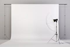 τρισδιάστατη οργάνωση στούντιο με τα φω'τα και το άσπρο υπόβαθρο Στοκ Φωτογραφίες