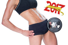 τρισδιάστατη σύνθετη εικόνα του θηλυκού bodybuilder που κρατά το μεγάλο μαύρο μέσο τμήμα αλτήρων Στοκ Εικόνες