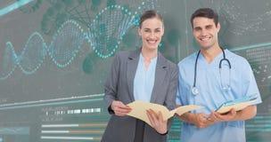 τρισδιάστατη σύνθετη εικόνα του πορτρέτου των αρσενικών και θηλυκών γιατρών που συζητούν πέρα από τις εκθέσεις στοκ φωτογραφία