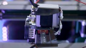 τρισδιάστατοι εκτυπωτές που λειτουργούν το πλαστικό πρότυπο εκτύπωσης με την πλαστική ίνα καλωδίων απόθεμα βίντεο