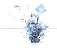 τρισδιάστατοι κύβοι πάγου που καταβρέχουν στο νερό Στοκ Εικόνες