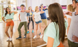 τρισδιάστατοι όμορφοι χορεύοντας διαστατικοί άνθρωποι τρία απεικόνισης πολύ Στοκ Εικόνα