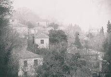 τρισδιάστατος αφηρημένος τρύγος εικόνων ανασκόπησης Ομίχλη επάνω από τα παραδοσιακά σπίτια στο χωριό Milies στο βουνό Pelion Ελλά Στοκ Εικόνα