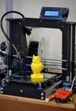 τρισδιάστατος εκτυπωτής που τυπώνει την κίτρινη κινηματογράφηση σε πρώτο πλάνο αριθμού Στοκ Φωτογραφία